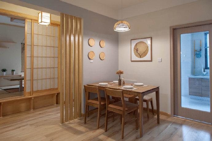 由于家中面积较小,而主人又追求餐桌的设计,因此在拐角处设计餐桌位置!