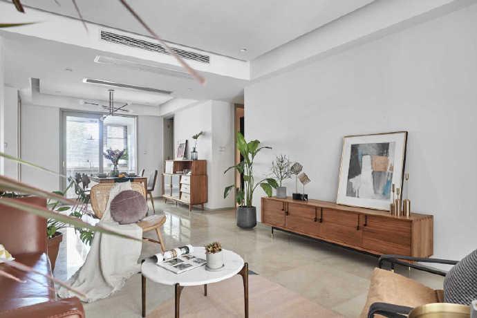大量留白的墙上并不选择挂画,而是靠在墙上,让整个居室更加充满艺术性。