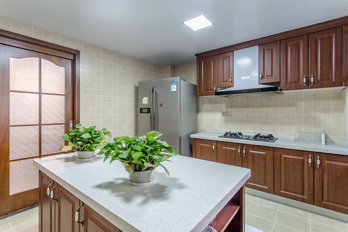 廚房添加了島臺的設計,可以讓家庭成員更多人參與到烹飪的樂趣中,年夜飯一家人圍在島臺一起包餃子,其樂融融