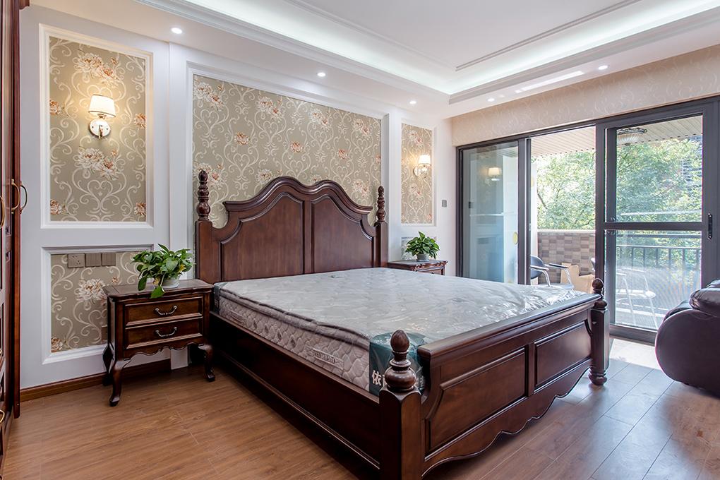 臥室鋪設木地板,以舒適為主