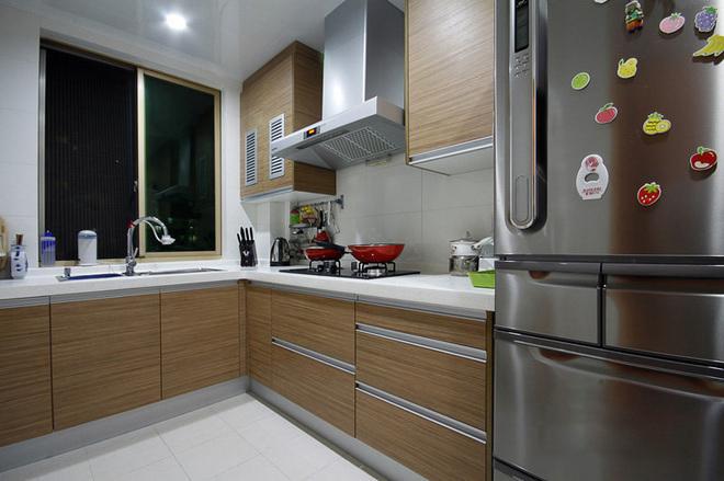 厨房采用石英石台面,搭配浅木色面板,最简约的厨房,强调功能性为主!