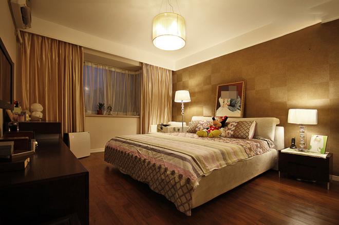 卧室床头背景以马赛克壁纸的点缀,配合简单的顶部装饰,