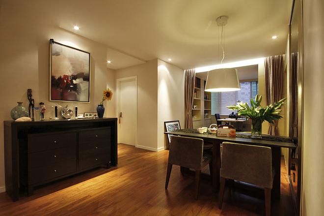 整家铺设木地板,以舒适为主,同时木色搭配米黄色壁纸,倍感温馨1