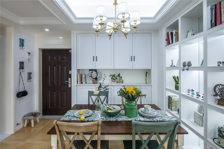 美式风格家中家具以枫木或胡桃木为主,乳白色灯搭配胡桃木本身的材质纹理,让整个家中更高雅!