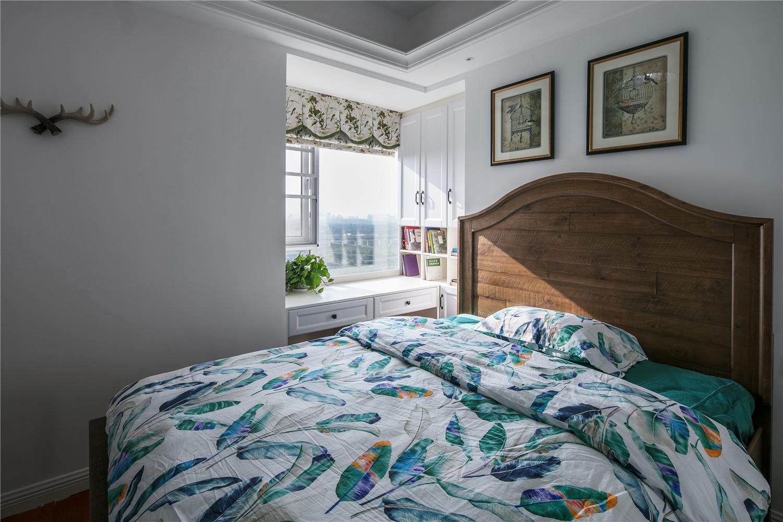 现在都讲究轻装修重装饰,家中碎花花纹为主的软装搭配上美式风格的家具纹理, 更加耐看!