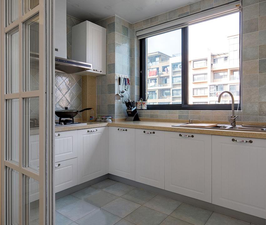 厨房设计的是半开式放式的设计,推拉门的设计不仅可以起到遮挡油烟还可以展示厨房的设计之美!