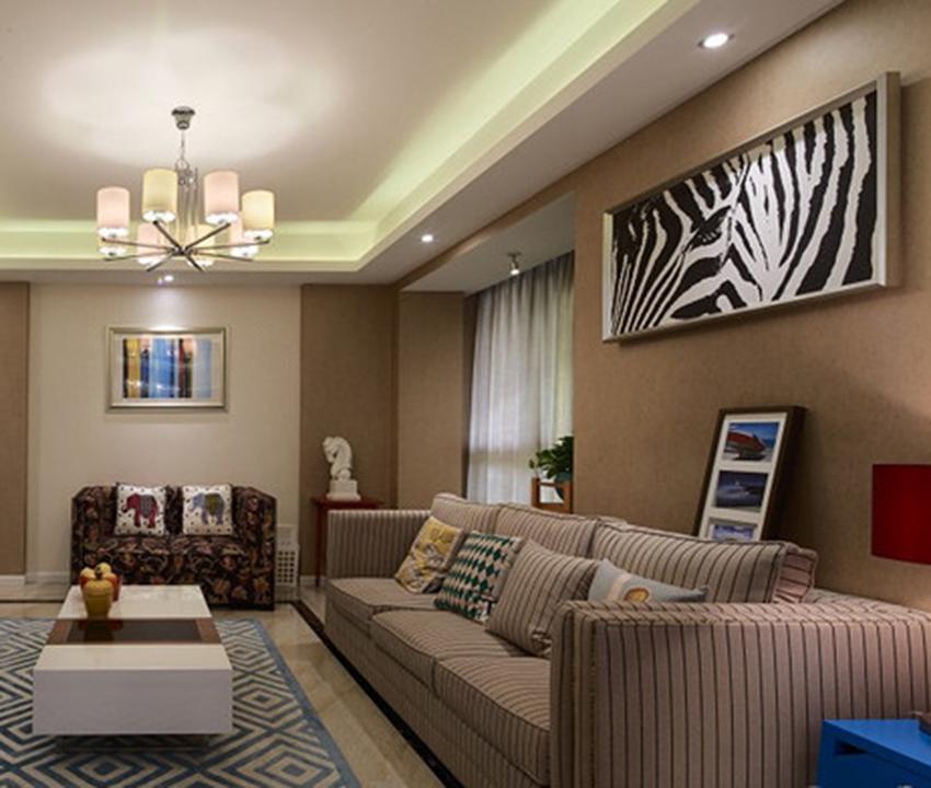 在客厅没有过多的装饰,墙面壁纸大量留空,主要以家居布艺的色调纹理来让整个空间体现时尚的色彩!