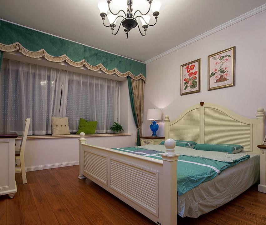 卧室中铺设实木木地板,自然的纹理让整个家中更有质感;
