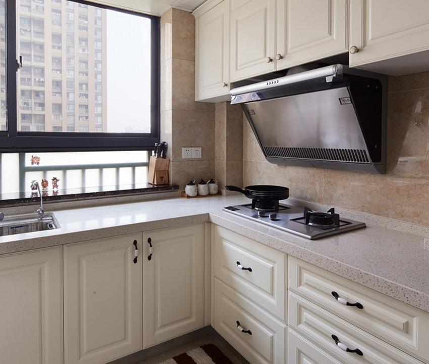 橱柜门板使用的是白色胡桃木,与家中主色调一致,不会显得特别突兀!