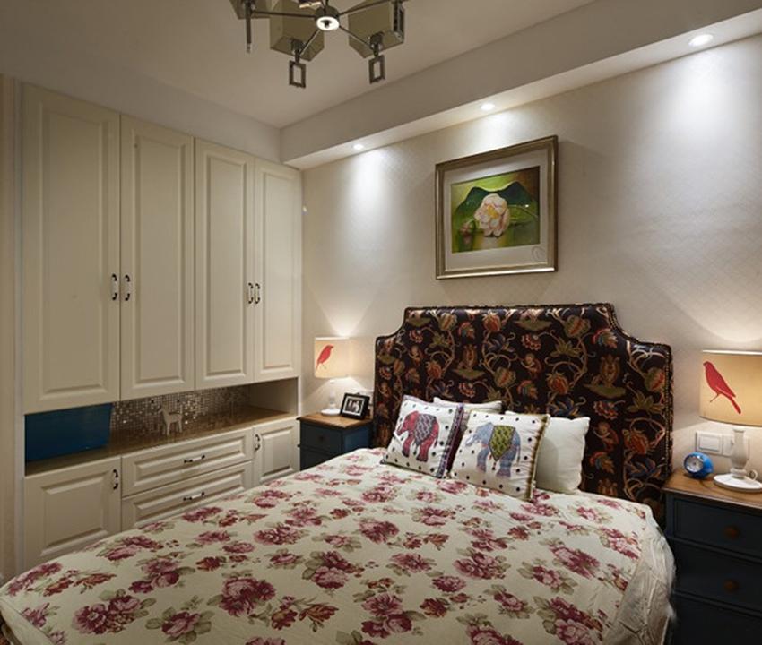 由于本案例卧室空间尺寸较小,但是考虑到功能性,因此柜子的设计并没有少,那么在空间紧凑的情况下,更不能遂意搭配卧室色调!