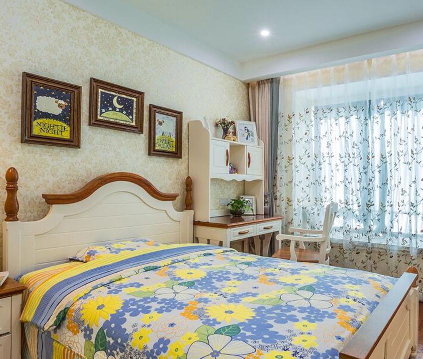 次卧室中窗帘与床品布艺都以小碎花搭配,软装可以柔化家居空间,强化装修风格;