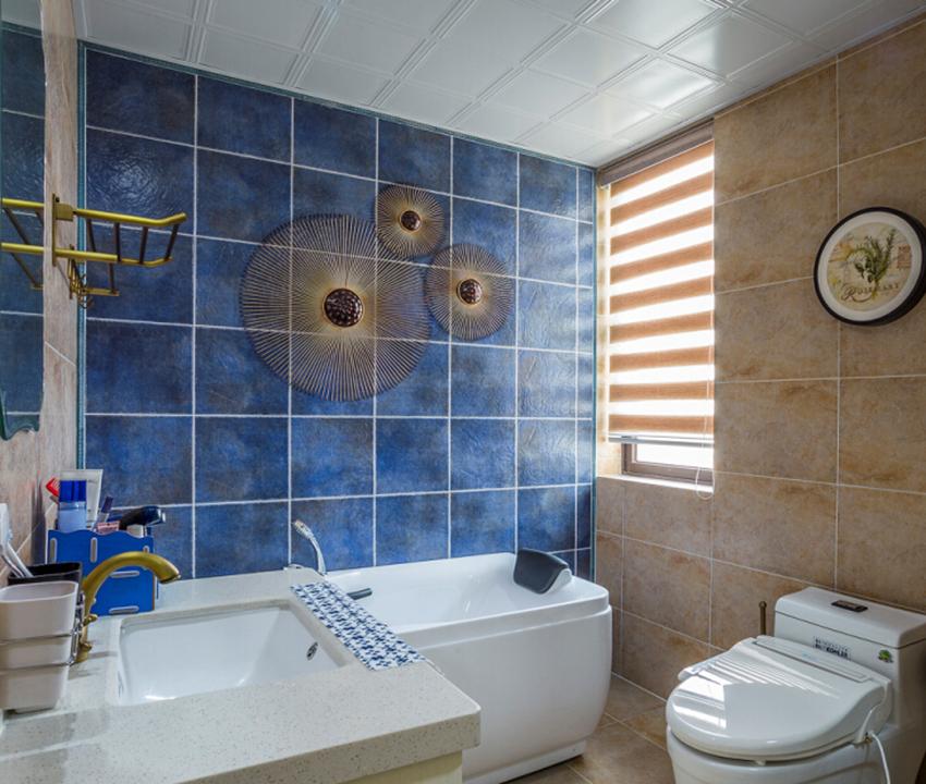 浴缸旁蔚蓝色的墙面,给人一种海边的感觉。