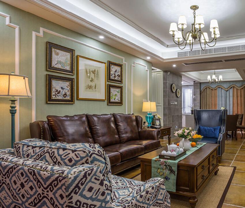 仿古砖搭配皮质沙发是美式风格的常见搭配,但是墙面的壁纸加上石膏线线条凸显清新的感觉!