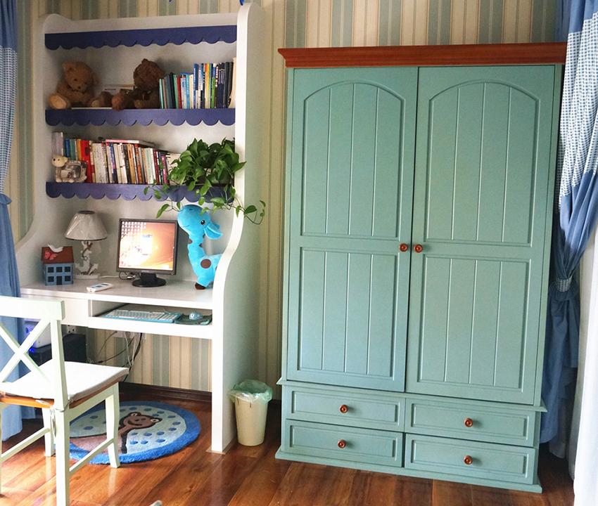 儿童房中放置一台书桌,家中布艺纹理搭配家中家具蔚蓝色的门板;