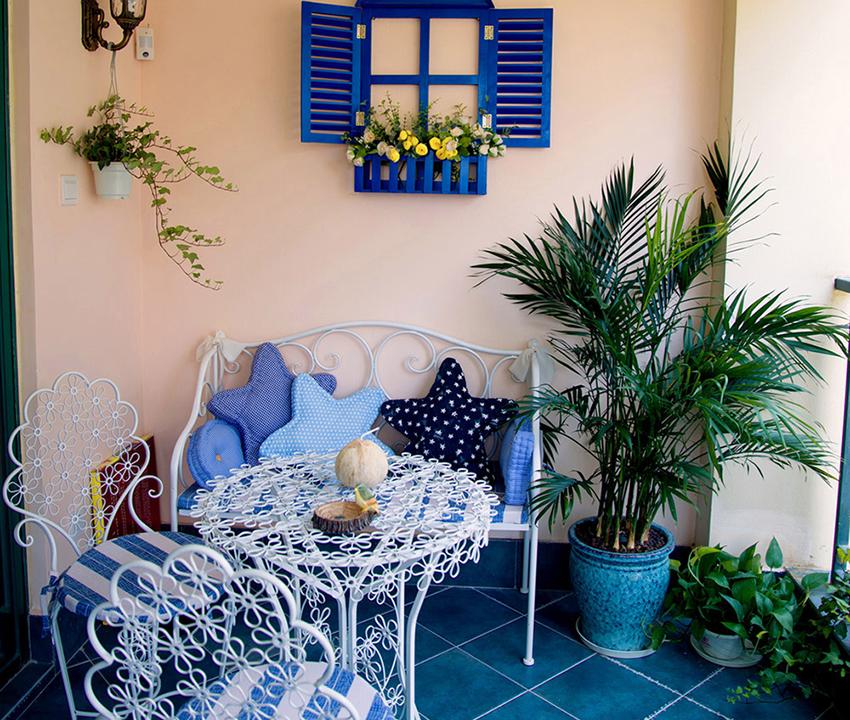 阳台分为两侧,一侧设计成休闲场所,可以坐到阳台休息观景,在阳台上养一些花草!