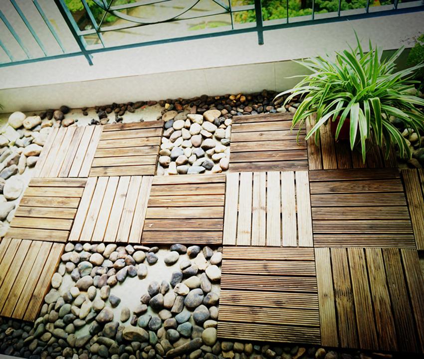 另一个阳台做成晾晒区,地面鹅卵石与木板铺贴,家中宠物可以放置到这个空间;