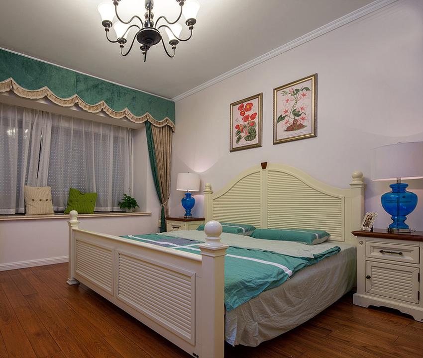 卧室中围绕舒适为主,地面使用木地板,木地板自带的原木纹理搭配,尽显温馨与迷人的幸福!