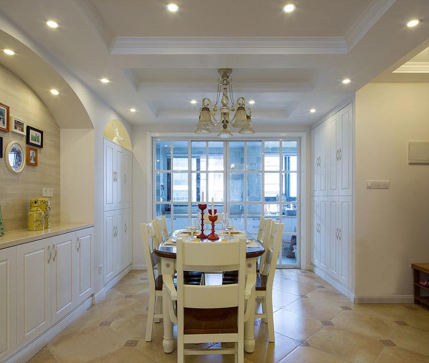 整个家中家具、墙面、顶面大面积使用白色色调,而地面的复古砖起到很好的作用,不会让家中凸显的过于单调!