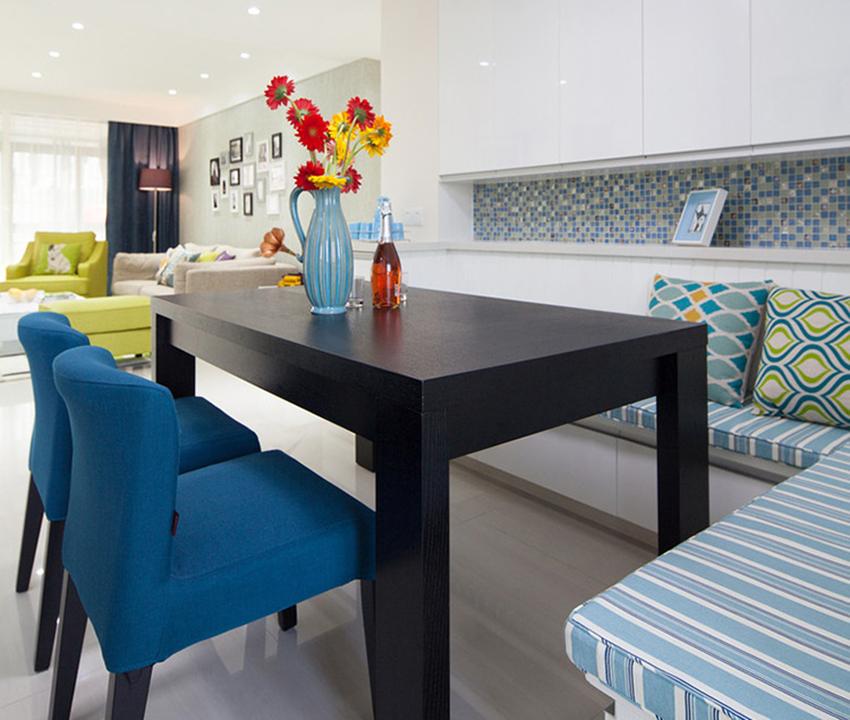餐廳的設計不同于以往餐桌加餐椅的搭配,而是定制的餐邊柜加餐椅一體,鋪設軟墊,不知為何一到餐廳感覺不僅是進餐,在這個空間也會由衷感到放松!