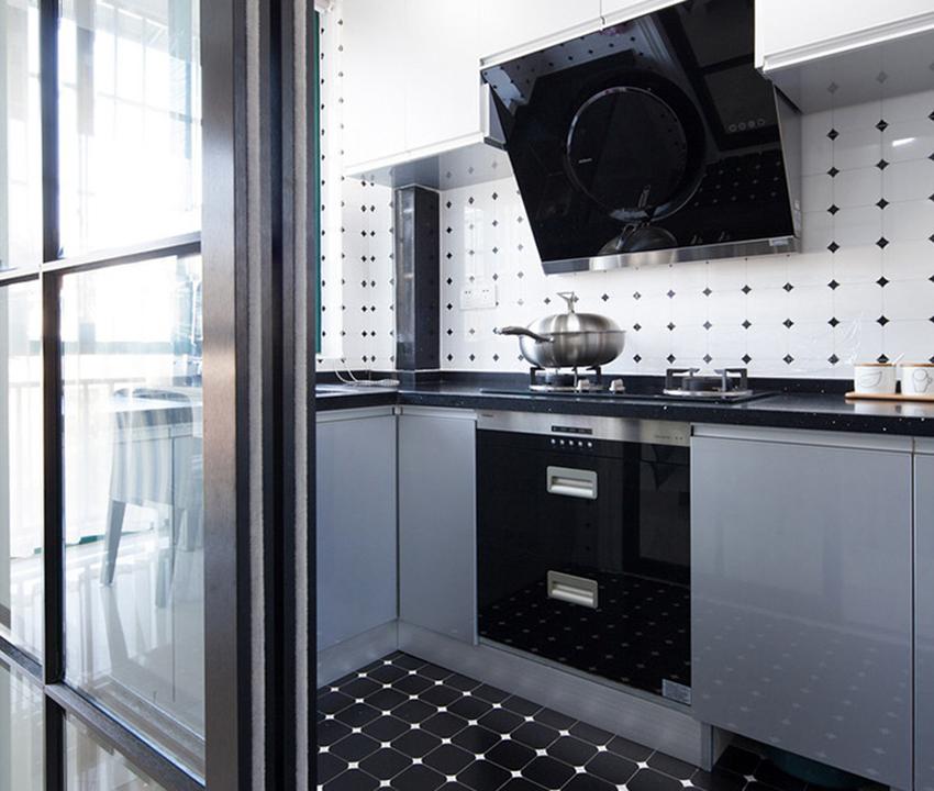 現代風格中廚房一般都是選用吸塑或高光PET類的光面門板,具有易打理、耐用的優點!