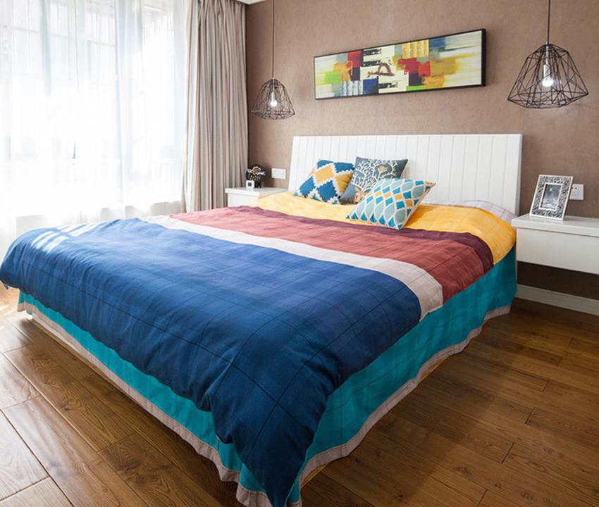 臥室也是以簡約為主,實木木地板獨有的自然紋理以及棕色壁紙看起來很平淡無奇,但是一旦通過布藝、窗簾等軟裝搭配起來,你就會由衷的感嘆軟裝的魅力!