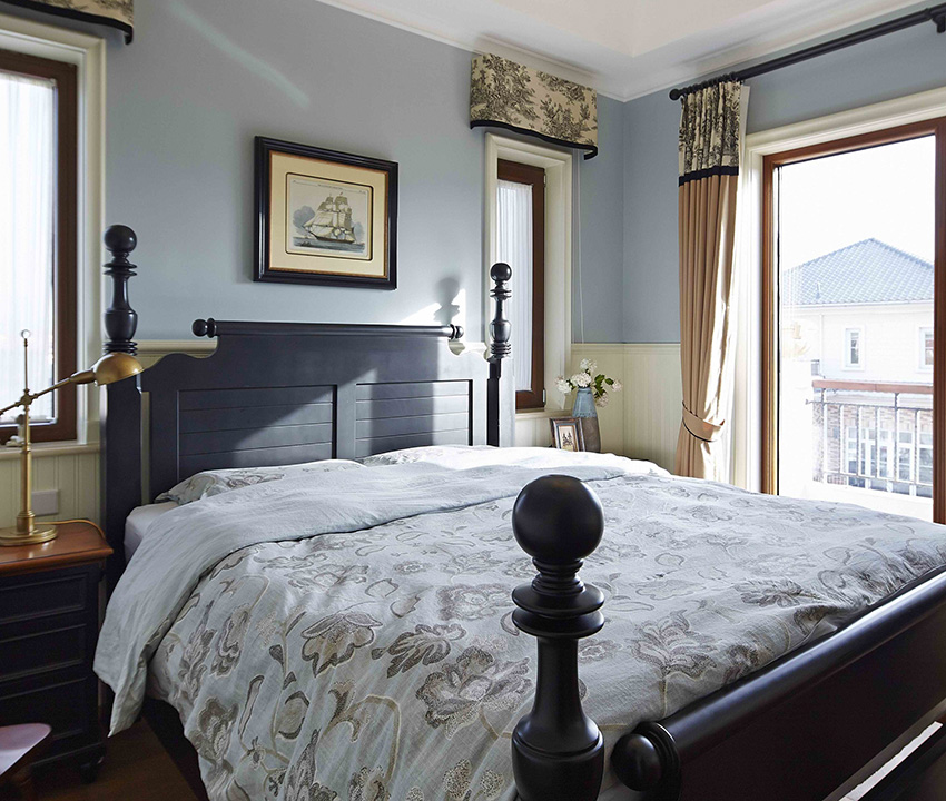 小碎花布藝搭配床柱,美式鄉村風格元素充滿整個空間!