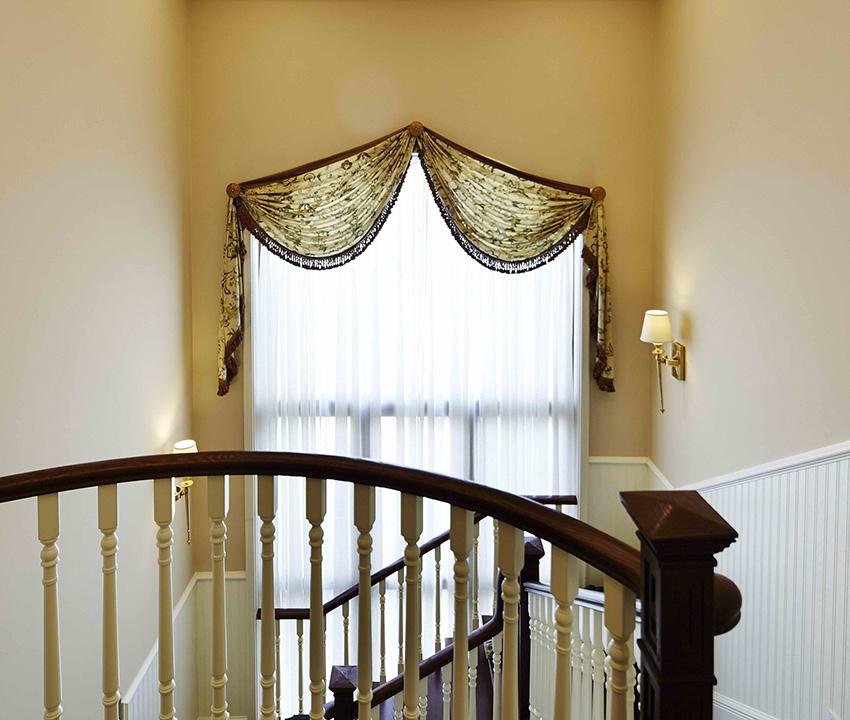大大的落地窗與充滿藝術的樓梯扶手相呼應!