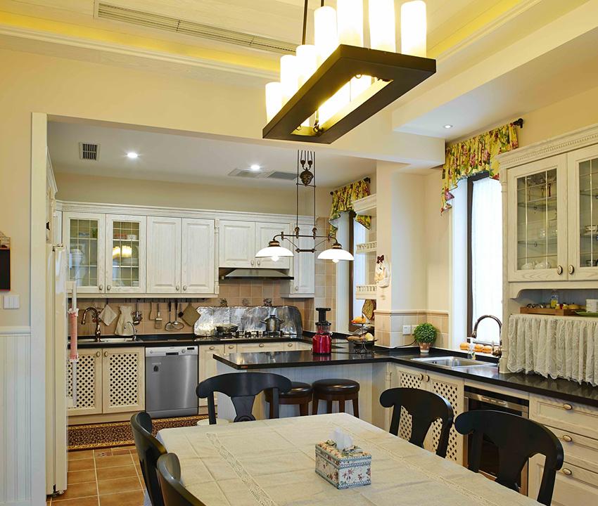 開放式的廚房中使用胡桃木的門板,盡享美好居家生活!