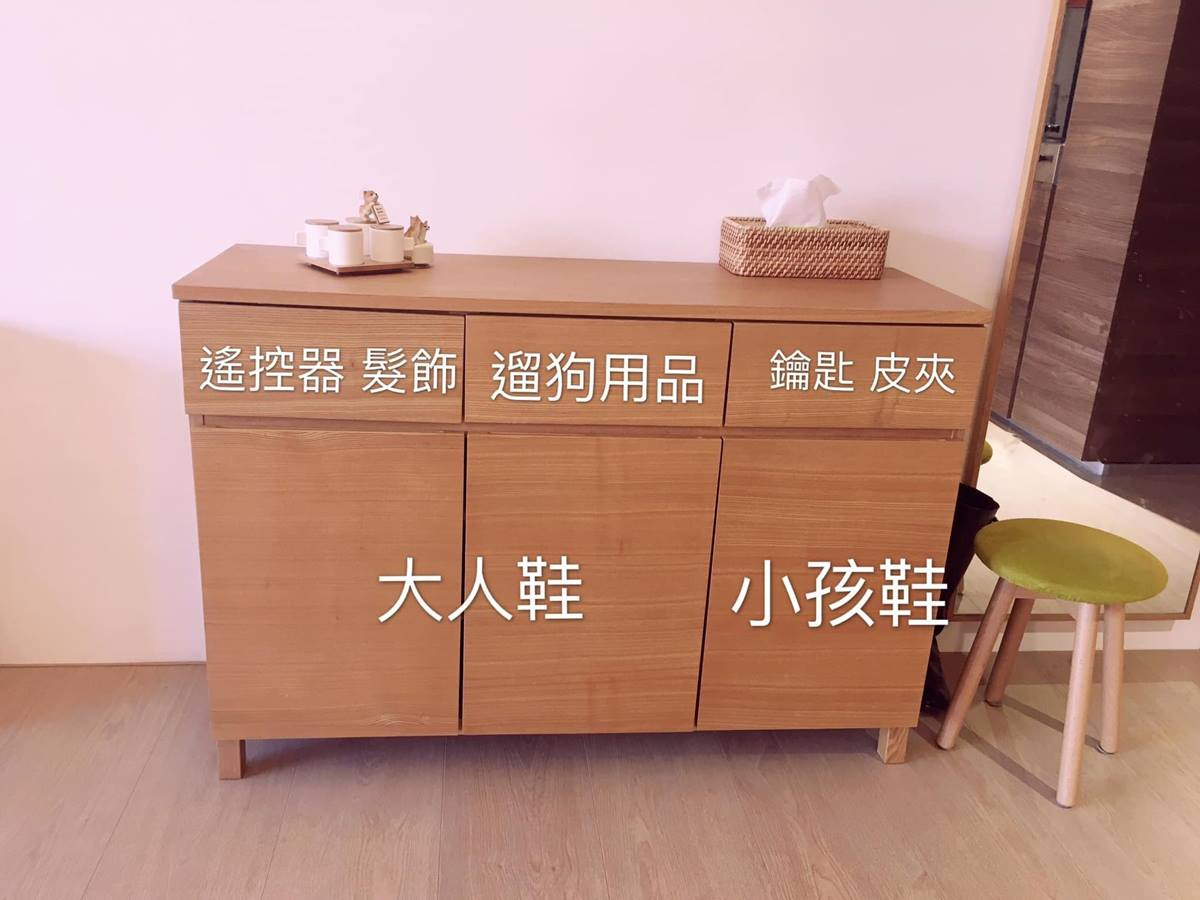 玄关处的鞋柜收纳设置